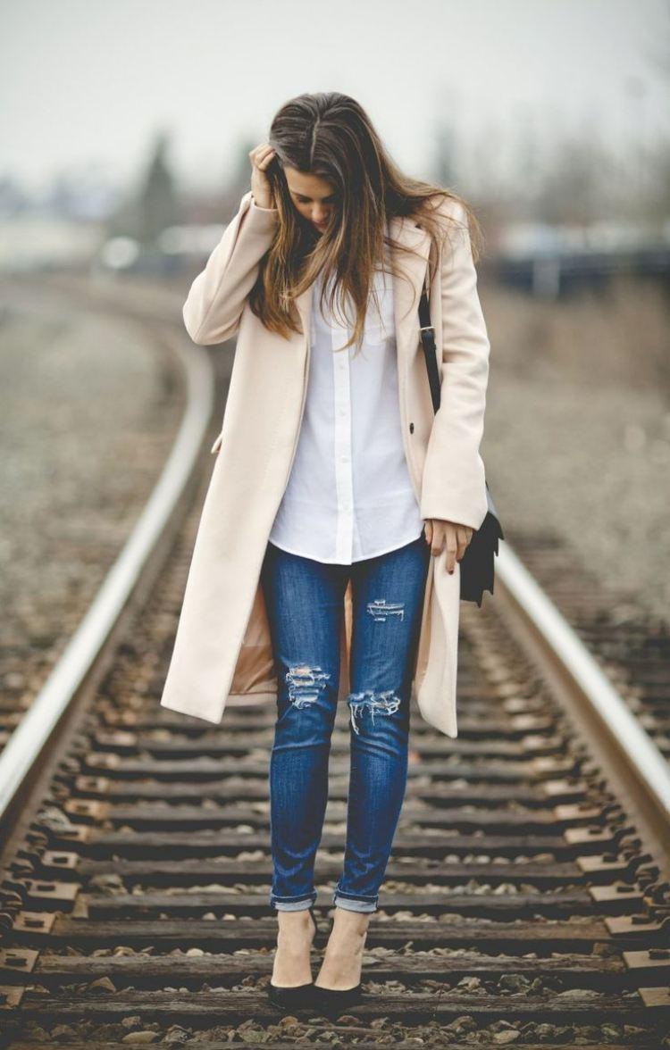 zerrissene-jeans-outfit-pumps-beige-mantel-hemd