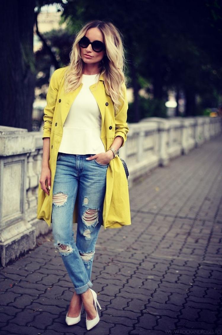 zerrissene-jeans-weisse-pumps-gelber-trench-mantel