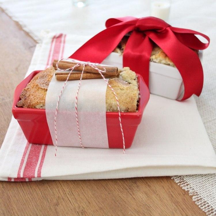 kleine-geschenke-verpacken-kuchen-zimtstangen-schleife