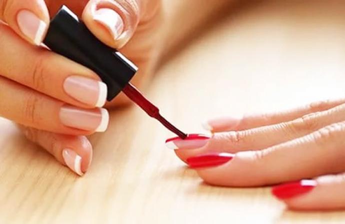 Красит ногти