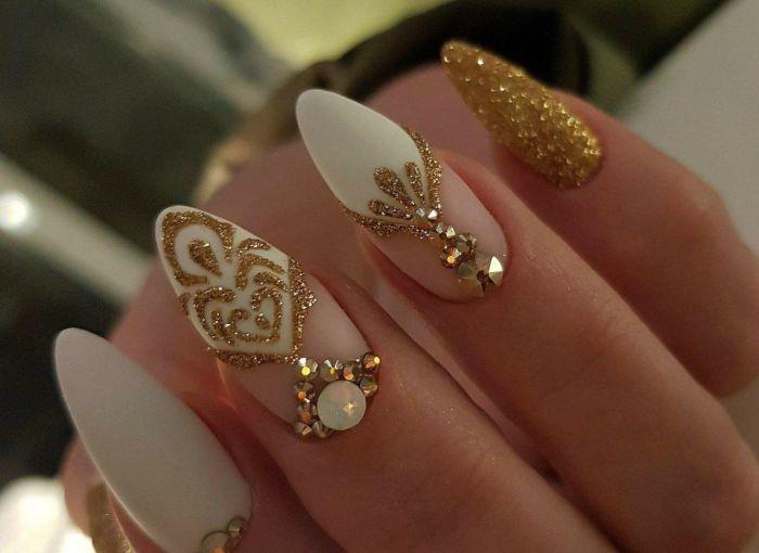 Камни и стразы на овальрных ногтях