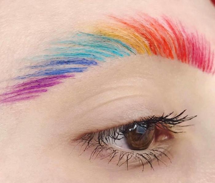 цветные брови модные